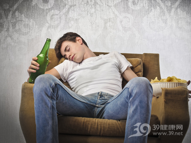 青年-男-酒精-啤酒-喝酒-睡觉-醉酒-沙发-薯片_13639633_xxl.jpg