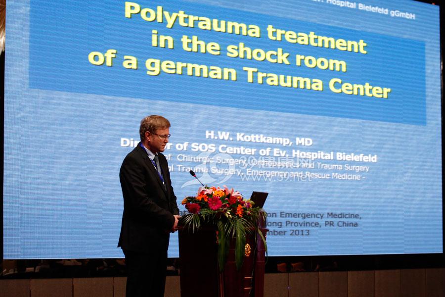 德国比勒费尔德医院中心主任H.W.-Kottkamp作《德国创伤中心多发伤的治疗》的报告