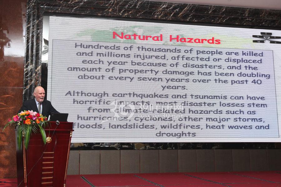 国际应急管理学会主席K.Harald Drager作《提升全世界灾害自恢复能力的国际合作》的报告