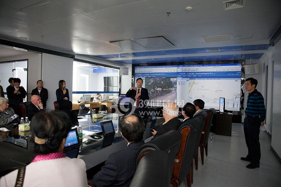 田军章院长在向中外应急专家介绍广东省应急医院的应急指挥平台