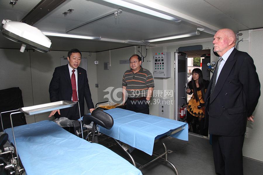 田军章院长在为国际应急管理学会Drager主席介绍移动医院