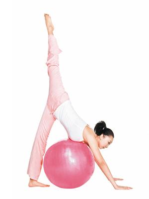 瑜伽球减肥运动能有效燃烧脂肪,塑造柔软曲线(图)