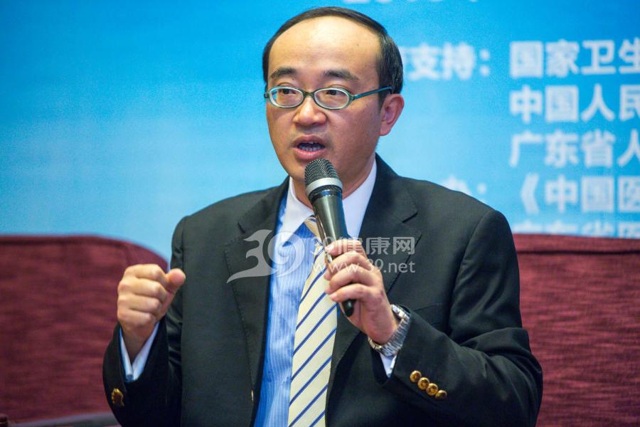 中国医院协会副秘书长庄一强担任辩论主持人