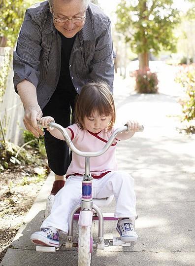 智慧妈妈:宝宝过早学骑儿童三轮车恐影响腿型