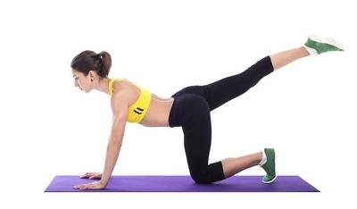 举例说明瑜伽的三个动作,有效地瘦身手臂,美化背部和纤细的大腿。