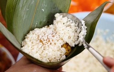 玉米鸡蛋煎饼的做法步骤4:加玉米