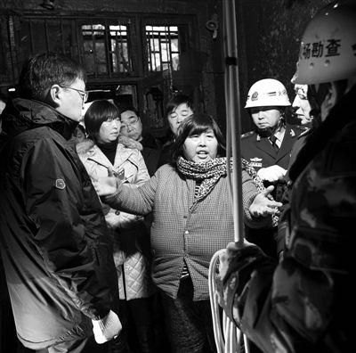 事发后,袁厉害在现场向勘察人员说明情况。