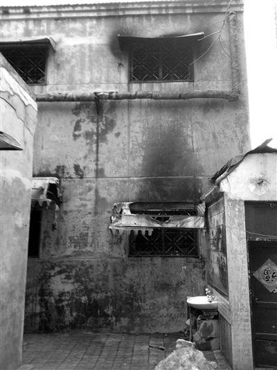 袁厉害的房子窗口有火烧的痕迹。