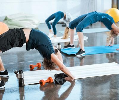 假期过后,我开始工作时又胖又困。瑜伽帮助我减肥。