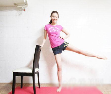 操大逼视频图片_2套椅子瘦腿操 打造极致美腿(图)