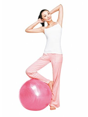 健身球赘肉助你铲除瑜伽全身(图)_39健康网_v赘肉珍姐爱运动瘦身图片