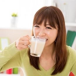 """食话实说第75期:喝牛奶""""一口闷""""好不好?"""