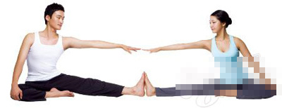 情侣瑜伽有助于拉近你我的距离(照片)