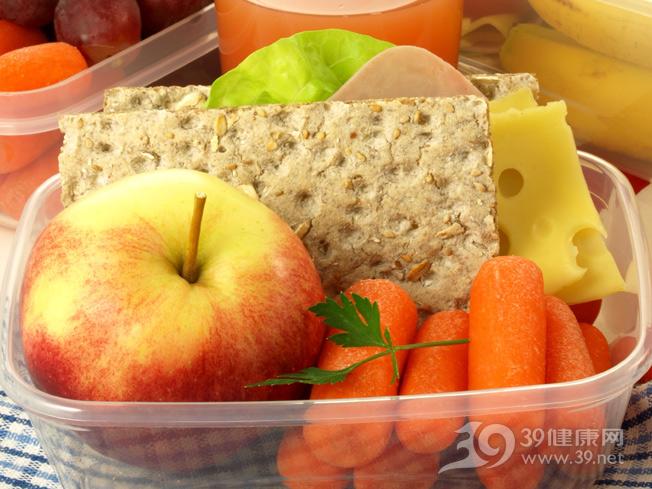 便当-饭盒-午餐-蔬菜-水果-苹果-胡萝卜-芝士-乳酪-提子-三明治-果汁_15526919_xxl.jpg