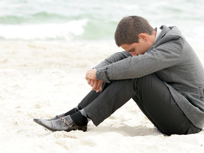 男生,沙滩,伤心.jpg