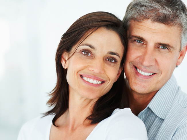 夫妻,拥抱,微笑.jpg