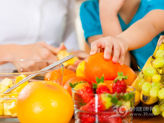 孩子-男-母亲-水果-橙子-草莓-提子-香蕉_13708929_xxl.jpg