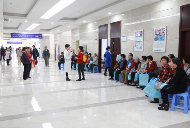开诊首日,市民在协和医院排队等候体检