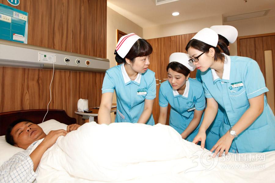 护士长带领护士在查房