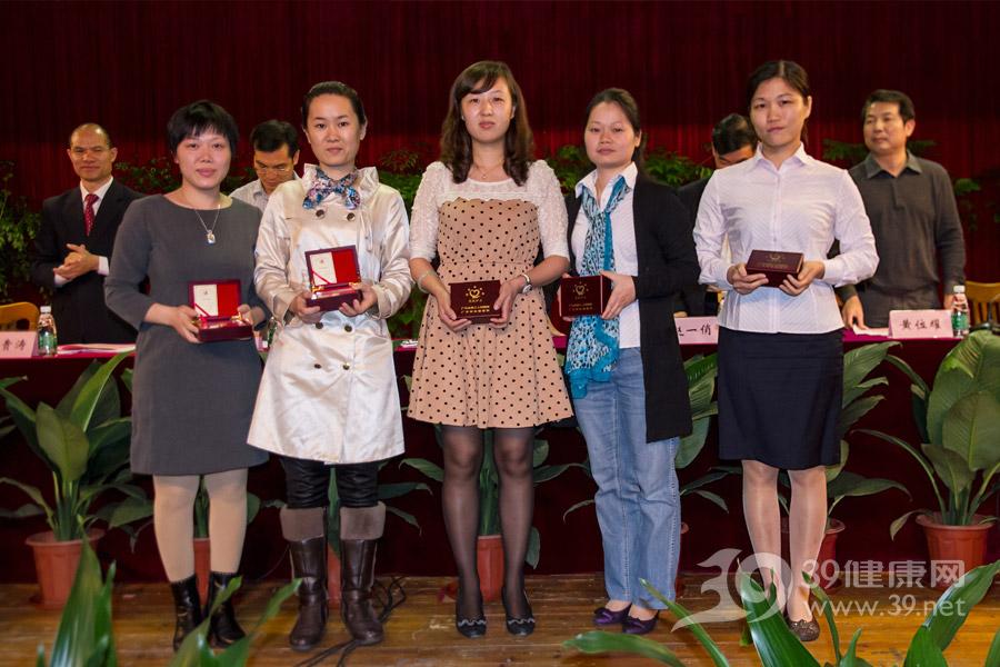 """获得""""五星护士""""的优秀护理工作者在台上领奖"""