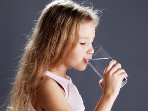 奶奶嘴对嘴喂饭导致女童染梅毒