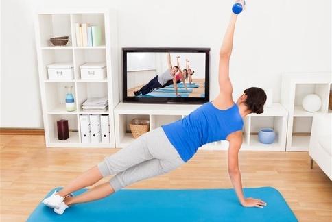 肩立式:舒緩腰痠背痛、失眠。(示範:Sisii 養身瑜珈老師;攝影江旻駿)