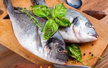 红烧鲢鱼头的做法步骤1:腌鱼