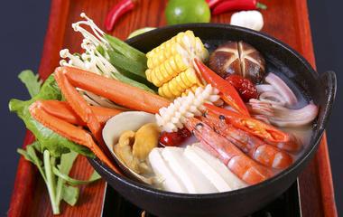 红烧鲢鱼头的做法步骤4:煮鱼