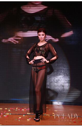 模特现场演绎纤瀛品牌神秘性感防晒衣