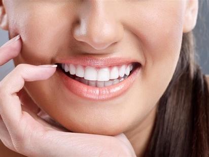 从牙齿的颜色,牙龈的情况和嘴巴可以反映你整体的健康状况.