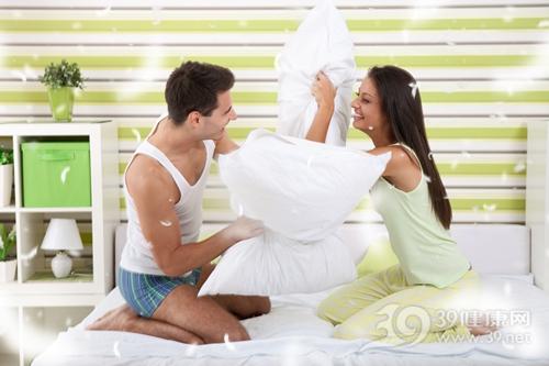 青年 男 女 情侣 夫妻 爱情 枕头 床 玩乐_15671561_xxl