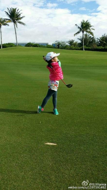 刘涛晒儿女打高尔夫球 儿童从小学习高尔夫靠谱吗?