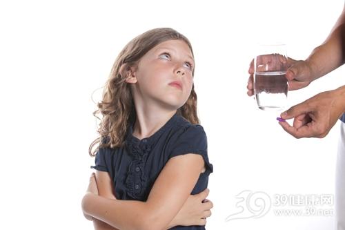 孩子 女 吃药 药片 药物 水_8255561_xxl