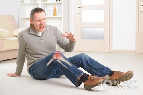 青年 男 摔倒 膝盖 受伤 骨头 髌骨 疼痛_25904017_xxl