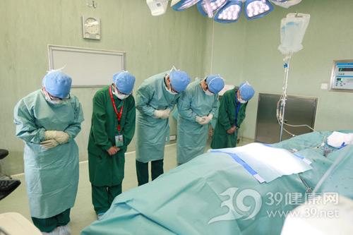 医务人员向捐赠者鞠躬
