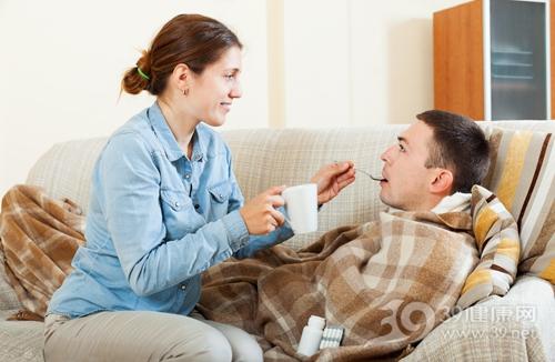 青年 男 女 生病 吃药 药品 药物 胶囊 水杯_31115391_xxl