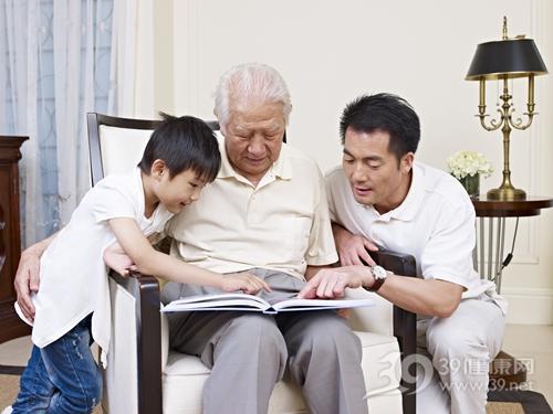 中老年 青年 男 孩子 阅读 相册 家庭 陪伴_21144462_xxl