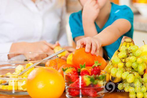 孩子 男 母亲 水果 橙子 草莓 提子 香蕉_13708929_xxl