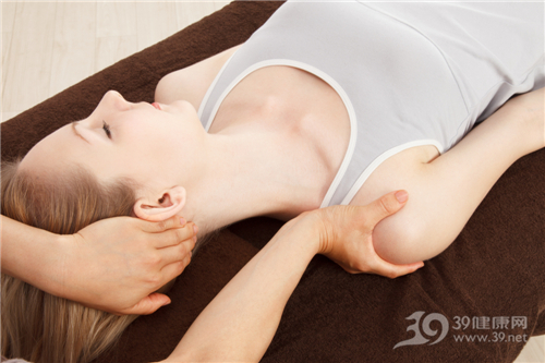 青年 女 按摩 治疗 理疗 肩膀 脖子 颈椎 医生_14552857_xxl
