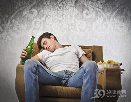 青年-男-酒精-啤酒-喝酒-睡觉-醉酒-沙发-薯片_13639633_xxl