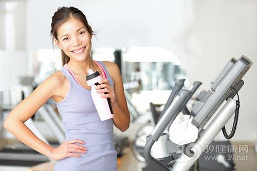 青年 女 运动 健身 健身房 喝水_12611612_xxl