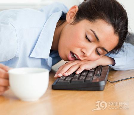 青年-女-商务-办公室-键盘-睡觉-打瞌睡-被子_11205808_xxl