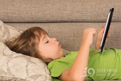 孩子 女 平板电脑 电子产品 沙发 仰卧_30459938_xxl