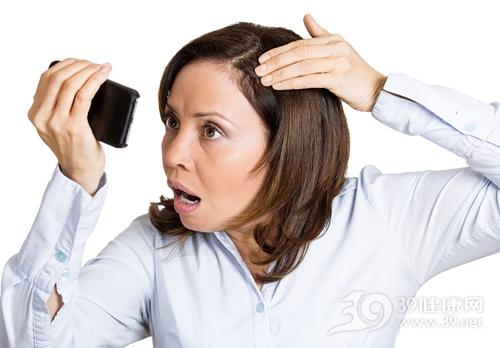 青年 女 手机 照镜子 头发 脱发 皮肤 惊慌 过敏_28206148_xxl