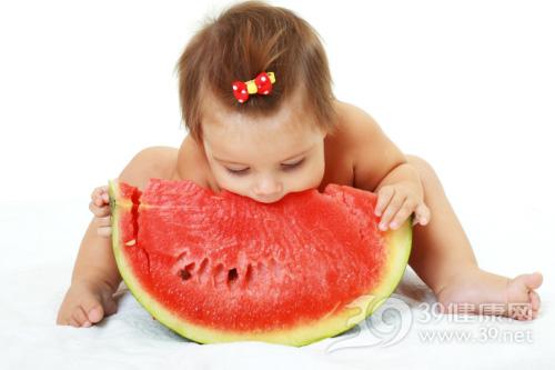 西瓜皮能治儿童疾病 夏季如何给宝宝吃西瓜