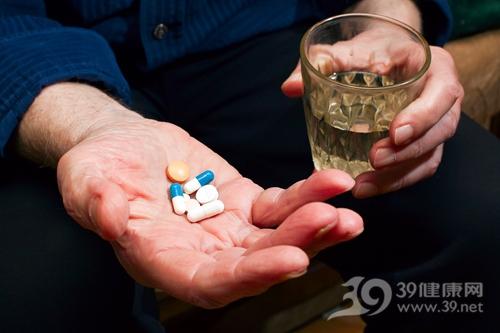 中老年 男 吃药 药物 药片 胶囊 水_9583639_xl