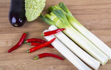 凉拌菜的做法步骤2:煮芹菜