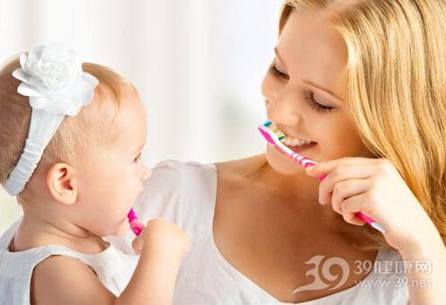 呵护牙齿从出生开始 宝宝4阶段刷牙时间表