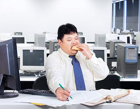 青年-男-办公室-汉堡-吃东西-工作-电脑_30804066_xxl