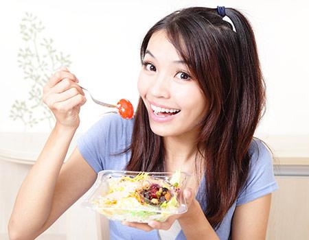 青年-女-吃东西-西红柿-_12528752_xl
